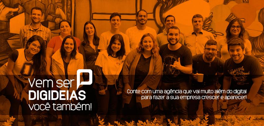 pessoas sorrindo juntas formando uma equipe de marketing digital