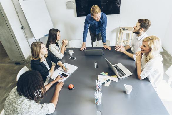 pessoas se reunindo em uma sala para consultoria de marketing digital